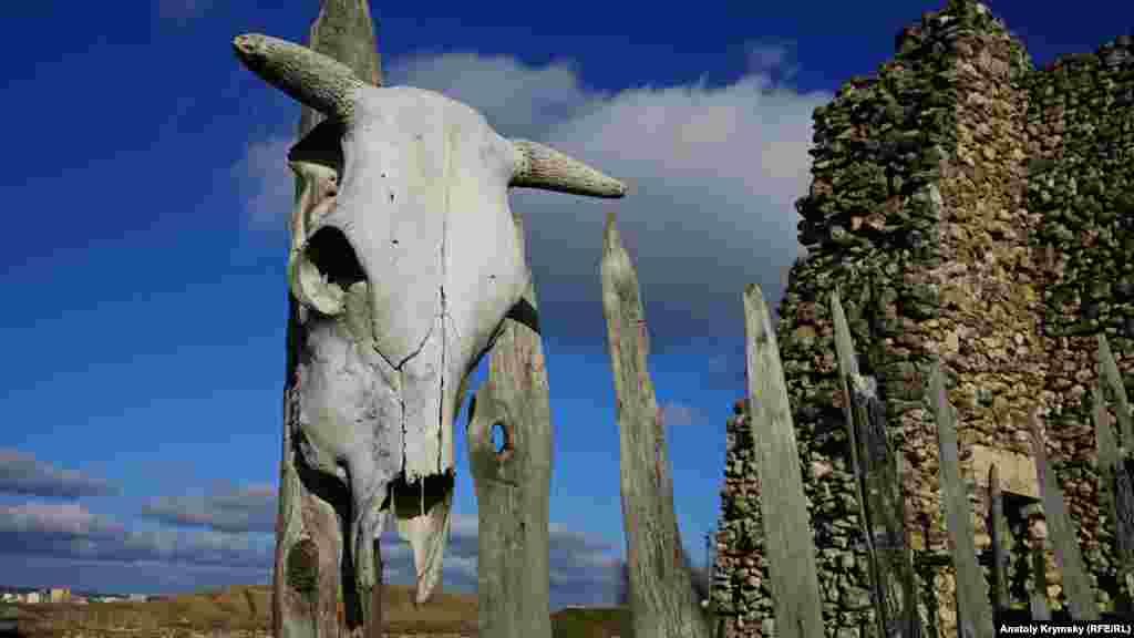 Коровьи черепа на заборе у входа повесили для антуража.
