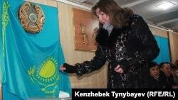 Кезектен тыс парламент сайлауына дауыс беріп жатқан сайлаушы. Алматы, 15 қаңтар 2012 жыл. (Көрнекі сурет).