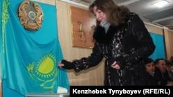 Кезектен тыс парламент және жергілікті мәслихат депутаттарының сайлауына дауыс беріп жатқан сайлаушы. Алматы, 15 қаңтар 2012 жыл. (Көрнекі сурет).