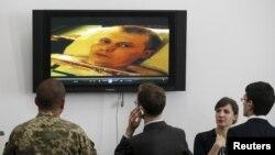 """Украиналық әскерилер мен журналистер қолға түскен """"ресейлік сарбаздар"""" туралы видеоны көріп тұр. Киев, 18 мамыр 2015 жыл."""
