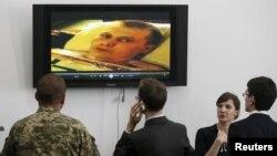 Українські журналісти та військові дивляться відео з допитом одного із полонених військовослужбовців. Київ, 18 травня 2015 року
