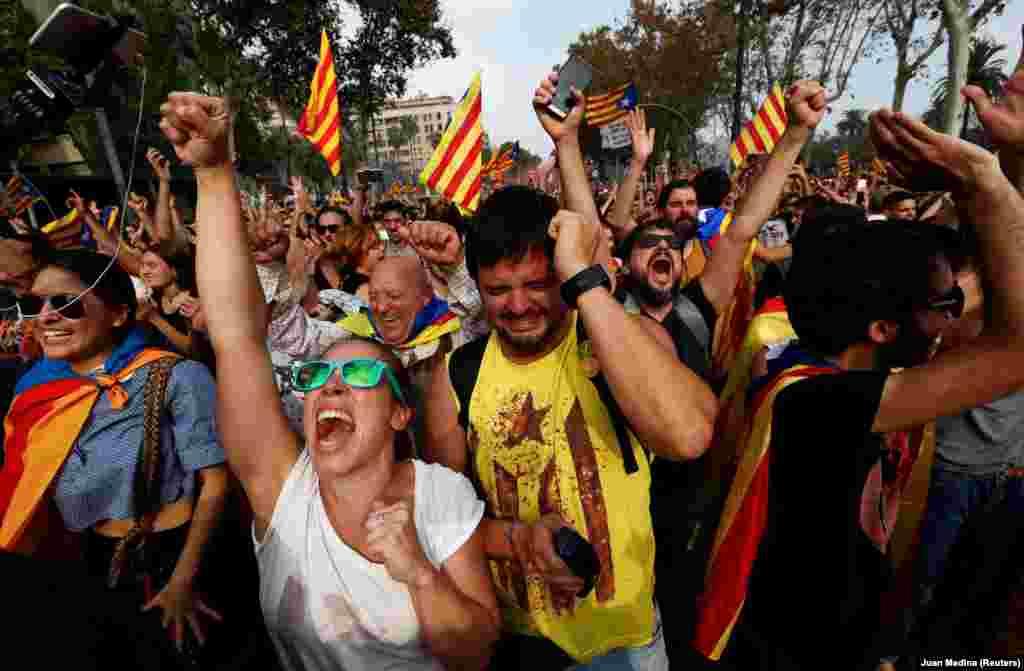 ШПАНИЈА - Илјадници Каталонци го прославуваа прогласувањето на независноста на Каталонија. На гласањето за незвисноста во регионалниот Парламент, 70 партеници гласаа во корист на формирање независна Каталонска република, а пратениците одлуката ја поздравија со аплаузи. Против беа 10 пратеници, а две гласачки ливчиња беа празни.