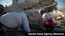 Рятувальники розбирають завали після землетрусу, Сарпол-е Захаб, провінція Керманшах, Іран, 13 листопада 2017 року