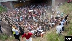 Паника, вызванная давкой в туннеле на входе к месту проведения Love Parade, 25 июля 2010