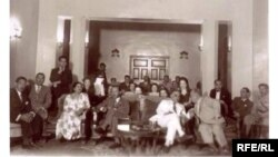 أم كلثوم تتوسط الامير عبد الاله ونوري السعيد في منزل جمال بابان احد اعيان بغداد في ثلاثينات القرن الماضي