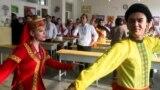 «Песни, танцы, смех». Китай организовал визит СМИ в «лагеря»