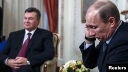 Президент Украины Виктор Янукович (слева) и президент России Владимир Путин (справа). Москва, 22 октября 2013 года.