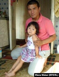 Үшемнің әкесі Қайрат Әзімов үлкен қызы Ақнұрмен отыр. Теміртау, 17 маусым 2012 жыл.