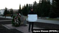 """Омский активист Даниил Чебыкин на пикете у мемориального камня """"Жертвам сталинских репрессий"""""""