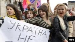 Участницы женского движения Femen держат плакат с надписью «Украина не бордель!» во время своего протеста в центре Киева. 18 октября 2009 года.