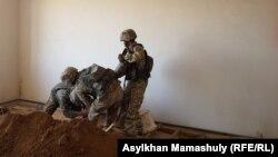Военные извлекают снаряд из жилого дома. Арысь, 29 июня 2019 года.