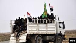 Иракские боевики-добровольцы, которые поддерживают правительственные войска. Тикрит, 8 февраля 2015 года.
