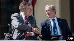 روسای جمهوری پیشین آمریکا از راست: جرج دابلیو بوش و جرج اچ دابلیو بوش
