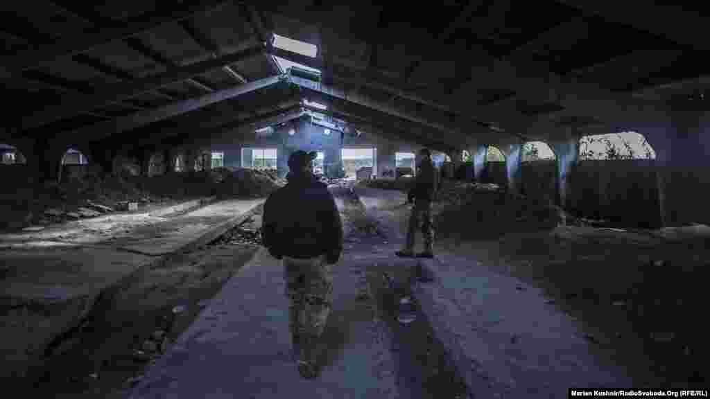 Праворуч й ліворуч окопи та бліндажі, де бійці ховалися під час обстрілів