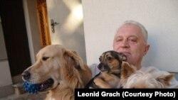 Лідер Кримського відділення партії «Комуністи Росії» Леонід Грач із домашніми улюбленцями