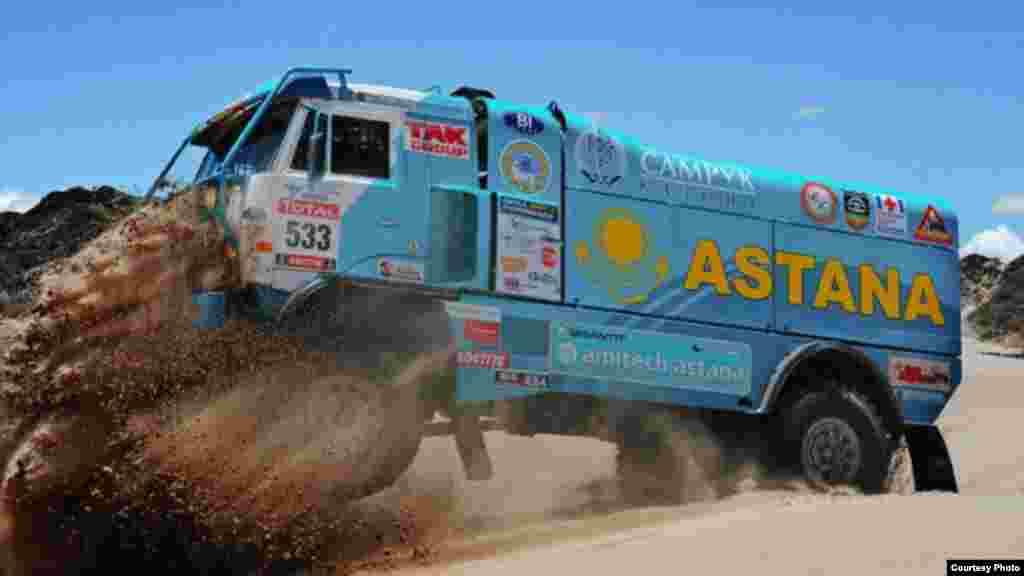 Қазақстандық «Астана» автокомандасы «Дакар» раллиіне қатысып, үшінші орын алды. 12 қаңтар. 2012 жыл. Сурет «Астана» командасының жанкүйерлер форумынан алынды.