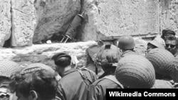 Ізраільскія салдаты ля Сьцяны Плачу ў Ерусаліме. 8 чэрвеня 1967 году
