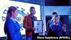 Мама Улана Эгизбаева получает приз.