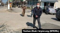 Прохожие в масках в Севастополе
