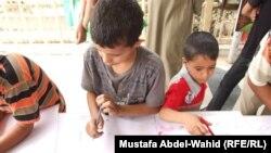 أطفال يرسمون