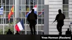 Вооруженные солдаты стоят на страже за пределами Европейского парламента/ Бельгия, 17 ноября 2015 года.