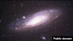 Messier 31 ýa-da NGC 224 diýlip atlandyrylýan Andromeda galaktikasynyň şekli