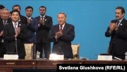 """""""Нұр Отан"""" партиясы съезінде тұрған Қазақстан президенті Нұрсұлтан Назарбаев. Астана, 11 наурыз 2015 жыл."""