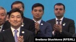 Бауыржан Байбек в бытность первым заместителем председателя партии «Нур Отан» (слева) на 16-м съезде партии. 9 августа Бауыржан Байбек был назначен акимом города Алматы.
