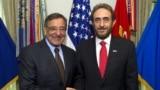 وزير الدفاع الأميركي ليون بانيتا (يسار) يستقبل نظيره العراقي سعدون الدليمي