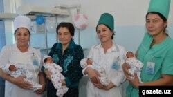 Дильфуза Ниязова и сотрудницы перинатального центра вместе с девочками-четверняшками.