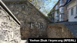 На лестнице указан год постройки