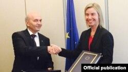 Премьер-министр Косова Иса Мустафа и Верховный представитель ЕС по внешней политике Федерика Могренини (Страсбург, 27 октября 2015 года)