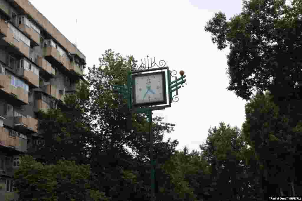 Соат дар маркази шаҳри Душанбе чанд рӯз боз 5:35 дақиқа аст. Замони аксбардорӣ соат 09:20 буд. 06.06.2014