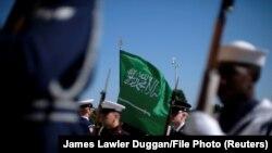 Steagul Arabiei Saudite ridicat de militarii americani în așteptarea ministrului saudit al Apărării
