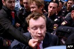 АнтиЛГБТ-активисты напали на Николая Алексеева на одной из акций в 2013 году