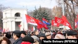 Емблема Партії комуністів Молдови – досі серп і молот, фото з одного з протиурядових мітингів у Кишиневі
