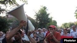 Акция протеста против роста тарифов на электроэнергию на проспекте Баграмяна в Ереване продолжается, 29 июня 2015 г.