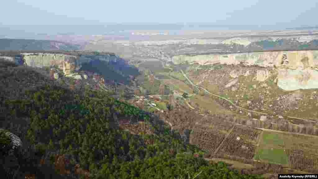 Вид на Качинську долину. На дальньому плані – багатоповерхівки Бахчисарая