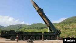 Офіційне фото північнокорейського агентства ЦТАК: керівник країни Кім Чон Ин (другий праворуч унизу) спостерігає за підготовкою до пуску ракети «Хвасон-14», 4 липня 2017 року