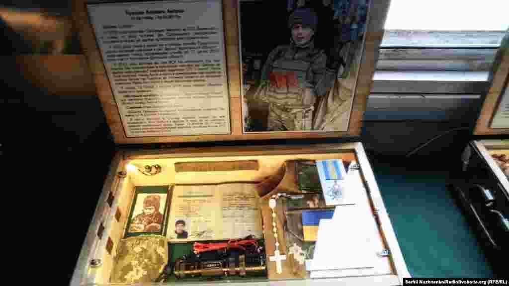 В одному з вагонів обладнали пам'ятний музей військовослужбовців, які загинули у сучасній боротьбі за незалежність України