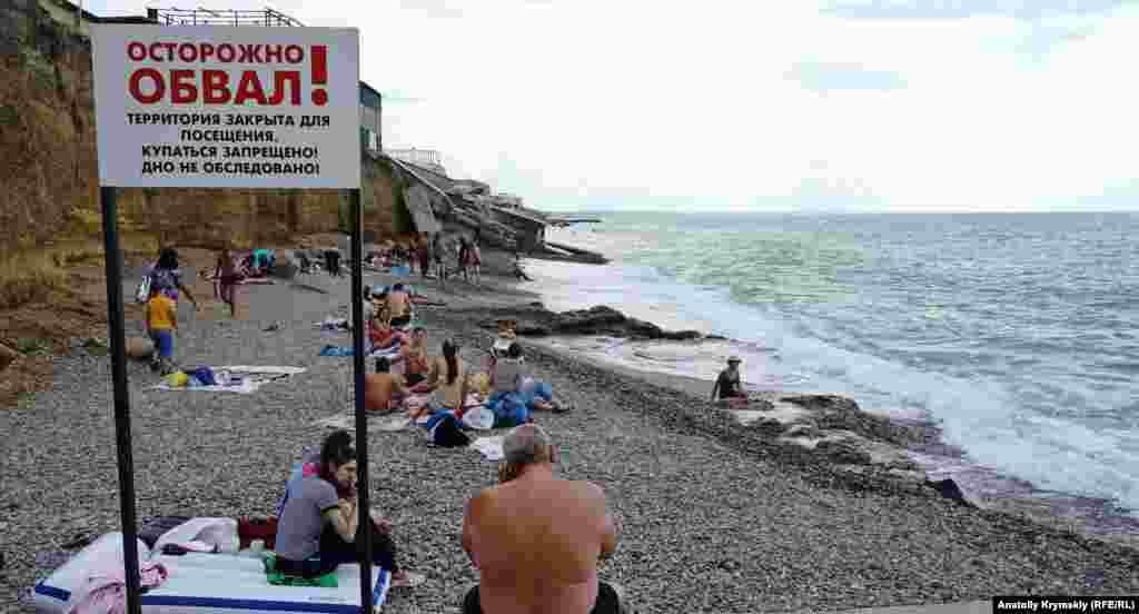 В действительности пляжная зона поселка далека от того, что можно увидеть на привлекательных баннерах