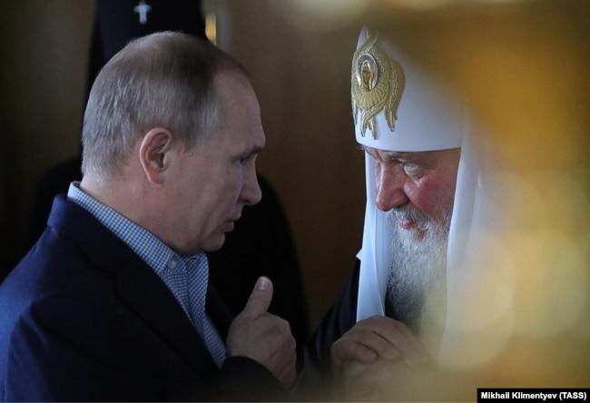 Президент Росії Володимир Путін (ліворуч) і Московський патріарх Кирило, 11 липня 2017 року