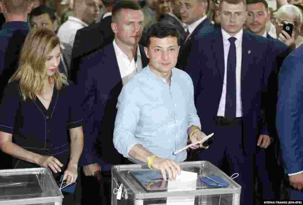 На выборах Верховной рады голосует президент Украины Владимир Зеленский (EPA-EFE/STEPAN FRANKO)