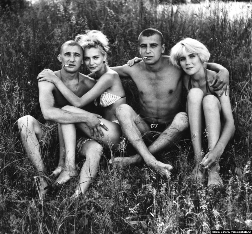 Молодые россияне отдыхают под солнцем. Фотограф Николай Бахарев рос сиротой и работал слесарем, снимая людей в свободное время. Сегодня 69-летний фотограф выставляет свои работы в престижнейших европейских галереях