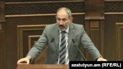 Премьер-министр Армении Никол Пашинян отвечает на вопросы депутатов во время правительственного часа в парламенте, Ереван, 12 сентября 2018 г.
