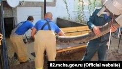 МНС-ники відкачують воду із домогосподарств у Судаку, 19 серпня 2017 року