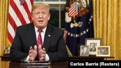 Presidenti i Shteteve të Bashkuara, Donald Trump gjatë një adresimi nga Zyra Ovale. 8 janar, 2019.