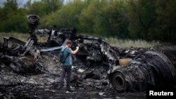 Журналист снимает место падения обломков самолета Boeing 777. Село Грабово Донецкой области, 18 июля 2014 года.