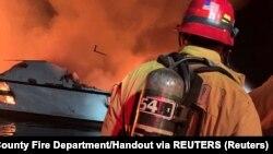 Na licu mesta je veliki broj vatrogasaca i hitnih službi