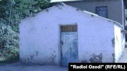 сторожевая подсобка при школе № 3 г. Куляба - родной дом для Мушкиннисо и ее многочисленной семьи